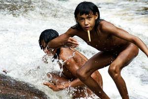 Bambini Zo'é giocano presso le cascate. © Fiona Watson/Survival