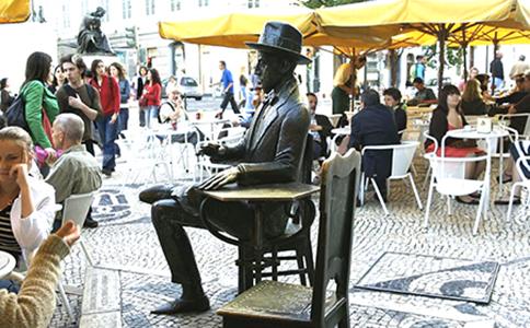 lisbona-il-monumento-di-ferdinando-pessoa-in-rua-garret-4663