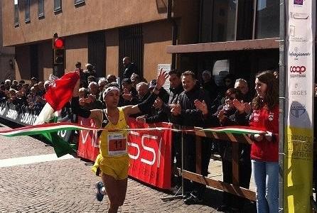 l'azzurro Ruggero Pertile sul traguardo della Unesco Cities Marathon 2013, dove si è laureato campione italiano.JPG