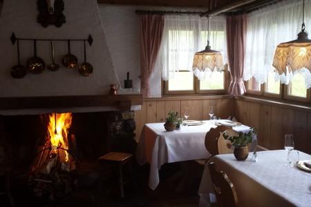 La sala interna di Malga Panna (foto Anna Maria De Luca)
