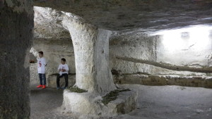 La cripta di Sant'Efisio spiegata dai ragazzi di Cagliari ai turisti. In fondo, uno dei cinquemila studenti volontari