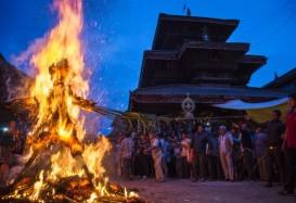 Nepal, fuoco al demone